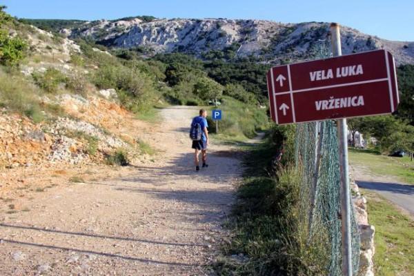 Začetek poti Uvala Vela Luka ob kampu